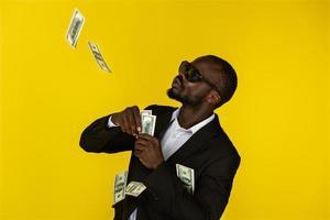 een coole zwarte man gooit dollars over