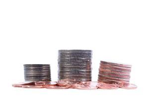 gestapelde munten geïsoleerd op een witte achtergrond foto