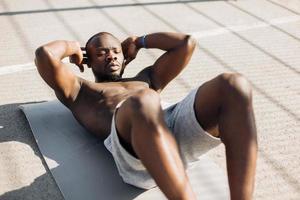 Afro-Amerikaanse man traint zijn buikspieren