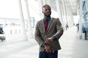 gelukkig Afro-Amerikaanse zakenman dansen