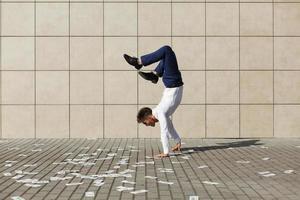 man doet handstand op straat