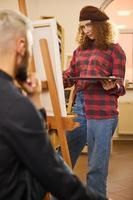 kunstenaar die een portret van een man schildert