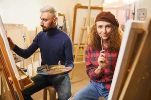 twee kunstenaars in de studio