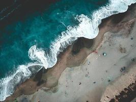 luchtfotografie van vloedgolf en zand foto