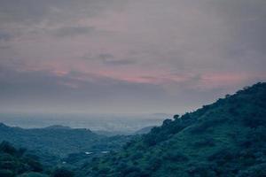 humeurige zonsondergang over bergen