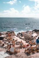 Napels, Italië, 2019-toeristen zonnebaden voor de kust van Capri foto