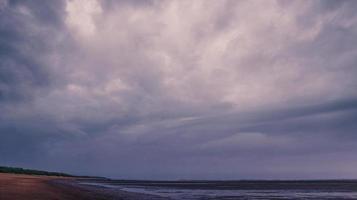stormachtige wolken boven een watermassa