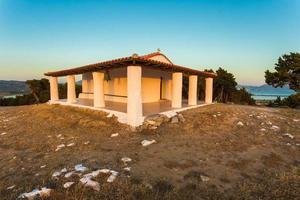 kerk van profeet ilias tijdens zonsondergang, Griekenland foto