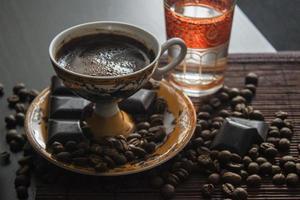 Turkse koffie met koffiebonen foto