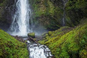 schilderachtige multnomah-watervallen foto