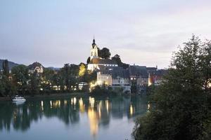 uitzicht op de rivier de Rijn met stad in de schemering