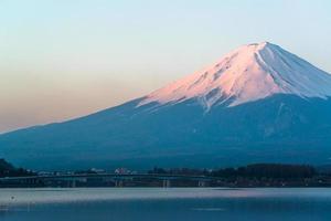 Mt Fuji rijst boven Lake Kawaguchi uit