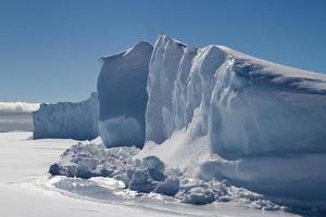 muur van ijsbergen bevroren in het ijs van antarctica foto