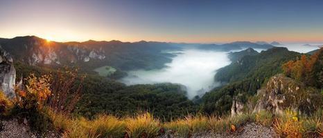 rotsachtige berg bij zonsondergang - slowakije, sulov foto
