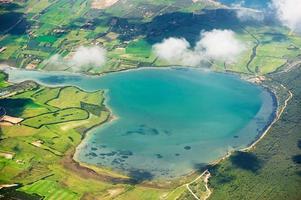 luchtfoto van een meer in de groene natuur