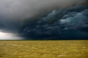 zwarte wolken foto