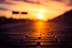 zonsondergang aan de waterkant van de stad foto