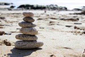 zen balanssteen op het strand 3