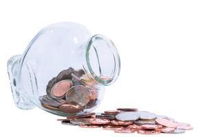 munten in een fles, geïsoleerd op een witte achtergrond