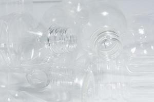 lege plastic flessen op witte achtergrond foto