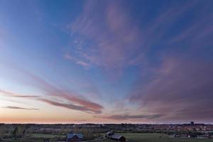 de lucht boven de stad bij zonsondergang