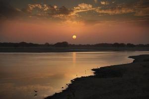 zonsondergang over een watermassa