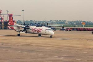 mumbai, india, 2020 - vliegtuig op een landingsbaan