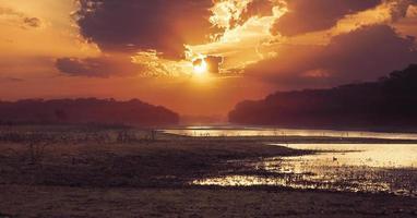 kleurrijke zonsondergang over water