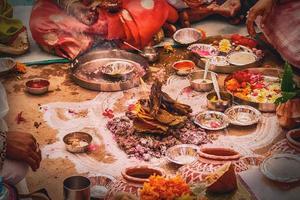 mensen die een traditionele Indiase maaltijd delen