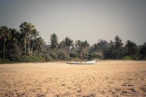 boot op een strand foto