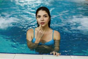schattig meisje zwemt in het zwembad