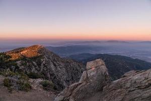 uitzicht op de woede van de bergen onder de blauwe hemel overdag