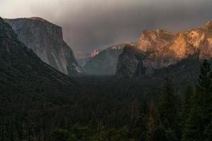 gouden zonnedouche met rotsachtige bergachtergrond