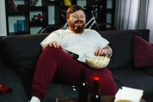 man eet popcorn en tv kijken