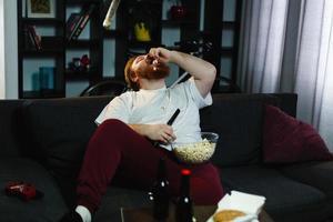 gelukkige dikke man eet popcorn