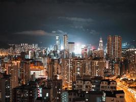 verlichte stadsgebouwen tijdens de nacht