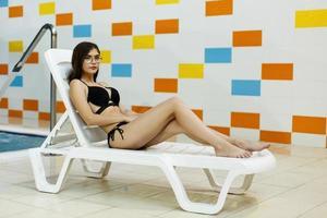 meisje in zwart zwempak