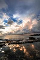 cumulus wolken boven het silhouet van een veerboot op zee