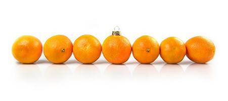 mandarijn kerstballen op een witte achtergrond