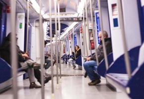 Barcelona, Spanje, 2020 - mensen zitten in de trein