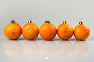 kerstballen gemaakt van mandarijnen