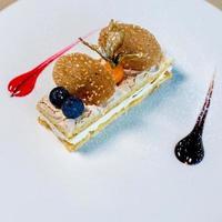 gelaagd dessert met bessen