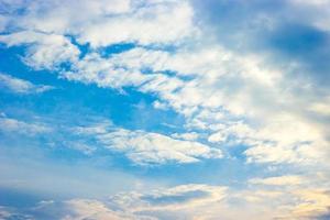blauwe lucht en witte wolken bij zonsondergang