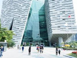 Guangdong, China, 2020 - mensen die buiten de bibliotheek lopen