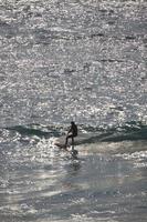 nieuw zuid-wales, australië, 2020 - vrouw die overdag surft