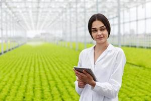 vrouwelijke onderzoeker met behulp van een tablet