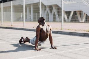 man die zich uitstrekt in een yoga-pose foto