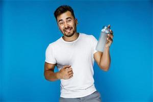 grappige jongen toont een fles