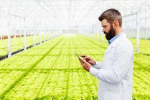 wetenschapper met behulp van een tablet