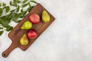 geassorteerde fruit op snijplank en neutrale achtergrond